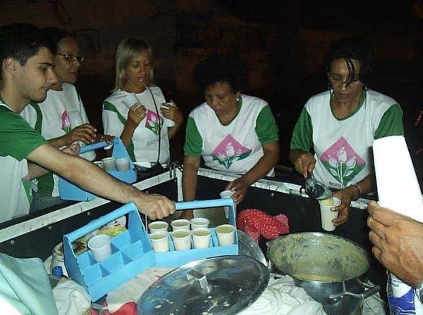 O grupo Guerreiros da Paz distribui sopa semanalmente a moradores de rua em Salvador / Foto: Facebook